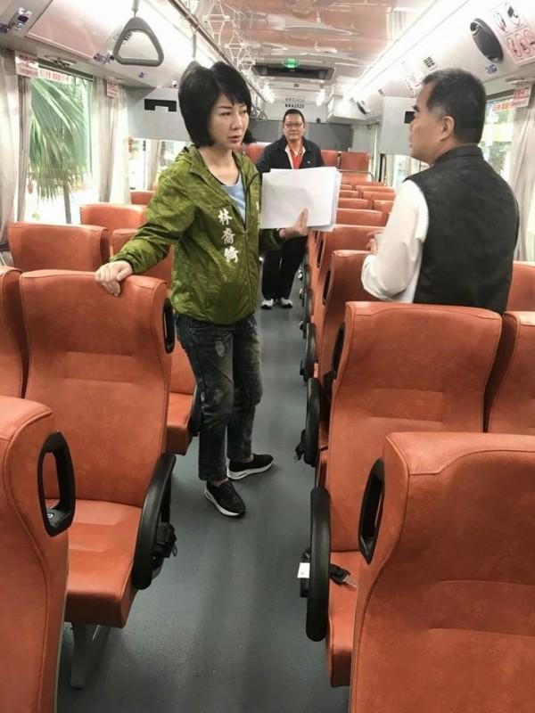 市議員林裔綺(左)爭取瑞芳往台北跳蛙公車,將於16日上路。(市議員林裔綺提供)