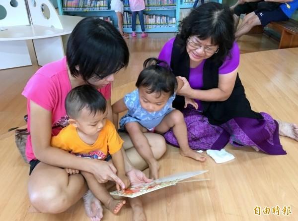 南投縣「閱讀抽好康活動」登場,親子在閱讀過程中,也使得彼此情感更加緊密。(記者謝介裕攝)