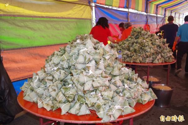 如小山般的素粽將免費提供給隨香信徒止飢。(記者林國賢攝)