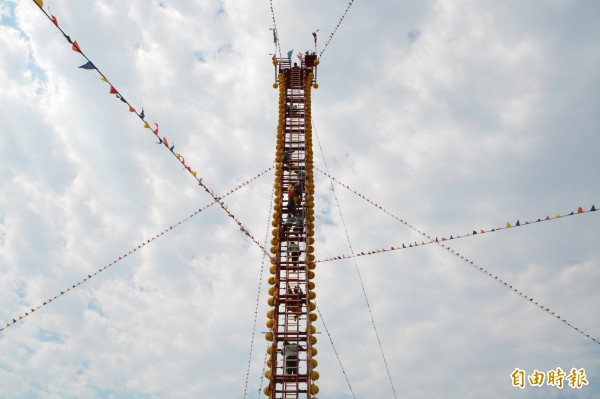 花蓮吉安鄉北天宮今早舉辦攀登108層登天(劍)梯祈安賜福大法會,架起12層樓高、超過32公尺的劍梯。(記者王峻祺攝)