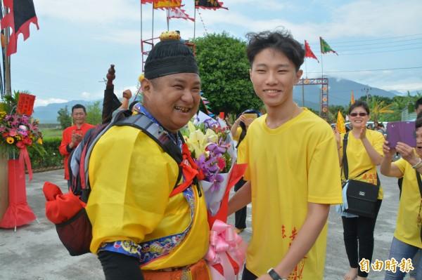 卓彥男的兒子獻上花束,恭喜爸爸順利晉陞「大法師」。 (記者王峻祺攝)