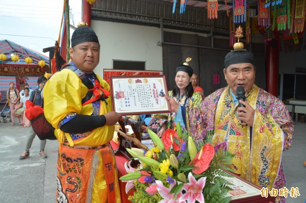 晉陞「大法師」的卓彥男取得晉陞神職證書。(記者王峻祺攝)