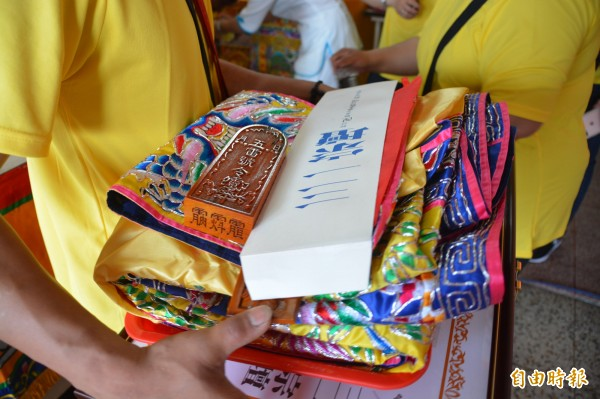 晉陞「大法師」後取得的令牌及服飾。(記者王峻祺攝)