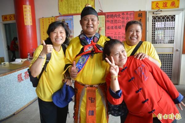 卓彥男(左二)成功晉陞「大法師」後,家人相擁道喜合影,姊姊卓麗珍(左一)還全程陪伴並記錄,作為博士學術論文研究的範疇。(記者王峻祺攝)