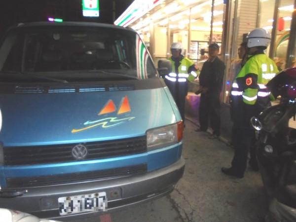 徐姓毒蟲違規停車引來警方盤查,連帶被査出持有毒品。(警方提供)