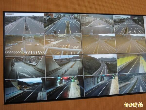 公路總局四工處交控中心透過監視系統,監控蘇花改車流。(資料照,記者江志雄攝)