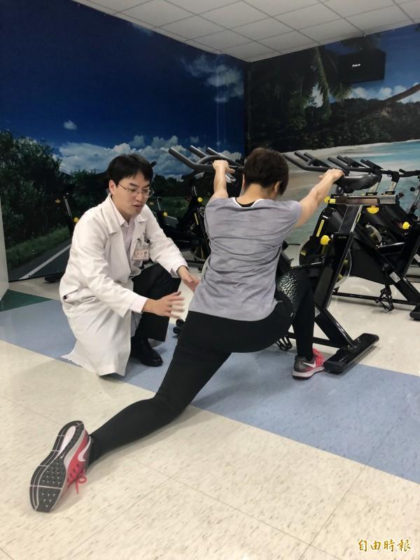 復健科主治醫師陳毓仁(左)表示,拉筋應該要適度。(記者羅欣貞攝)