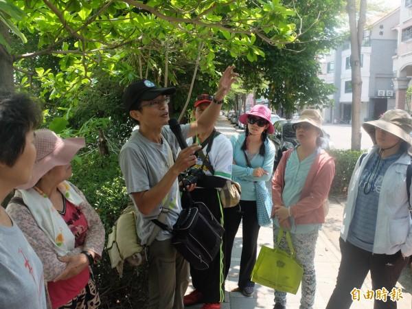 沈介文帶領一行人走讀嘉南大圳,並探討環境議題。(記者邱灝唐攝)