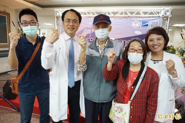 胰癌癌病人林先生(中)與家人感謝醫師彭正明治療,並呼籲病友不要放標治療希望。(記者蔡淑媛攝)