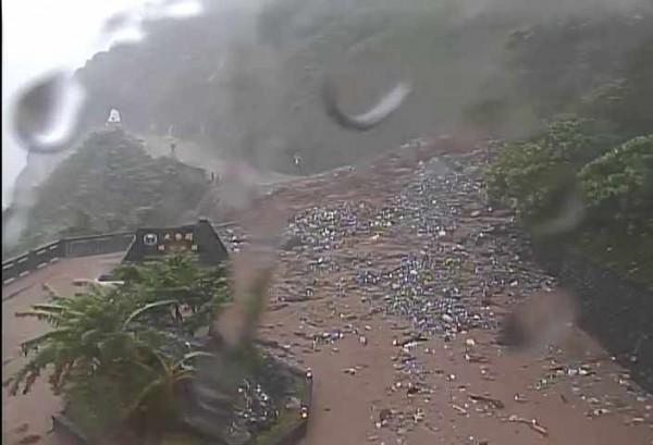台9線蘇花公路168.5至169.5公里處發生大規模坍方,公路總局預計今晚8時搶通。(公路總局提供)