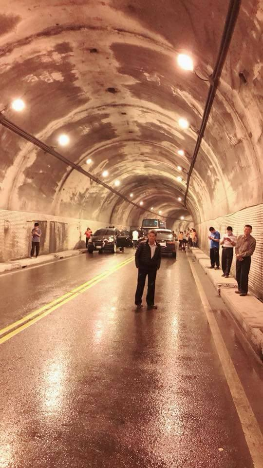 蘇花公路168.5至169.5公里處發生大規模坍方,164公里處也有零星落石,造成多輛車子及民眾受阻在仁清隧道中。(圖擷取自臉書「宜蘭知識+」)