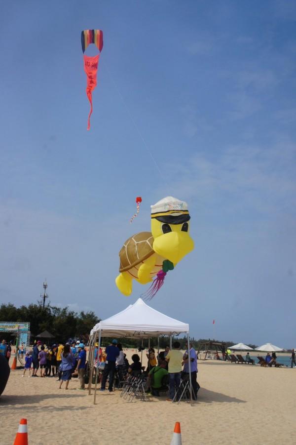 澎湖縣風箏協會巨型風箏表演,為沙灘路跑嘉年華會增色不少。(記者劉禹慶攝)
