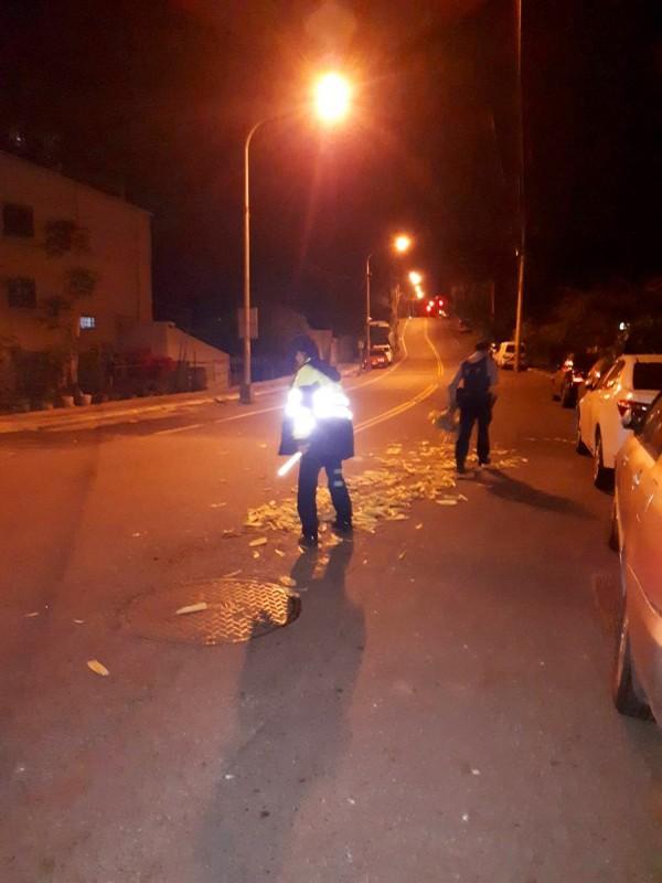 中正派出所的李子權和林承翰,日前清除沿路玉米葉。(草屯警方提供)