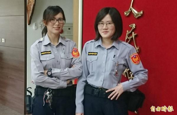 中正派出所警員李子權(左)和張於歆(右),2位女警夜裡掃街清除砂石。(記者陳鳳麗攝)