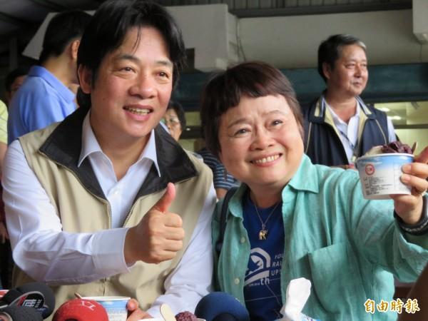 賴揆(圖左)在花蓮光復糖廠品嚐冰淇淋,並比出「讚」的手勢與民眾合影。(記者李欣芳攝)