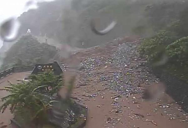 台9線蘇花公路168.6公里處,今天下午5時發生大規模坍方,受阻在仁清隧道內的109人已順利脫困,南下撤離到花蓮市。(記者王峻祺翻攝)