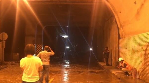公路總局工程人員挺進崩塌處清除土石,受困在隧道內的民眾看見機具車輛進來相當高興。(記者王峻祺翻攝)