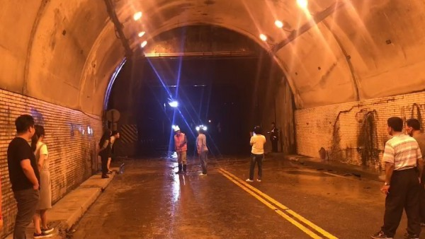 受困民眾一見到公路總局工程人員進入隧道後,宛如看見救星,終於可以結束這場驚魂夜,暫先撤離回花蓮市。(記者王峻祺翻攝)