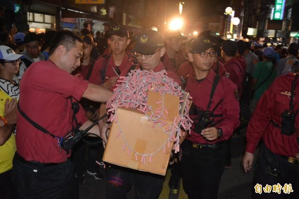 彰化縣消防局取締違反禁炮令成果豐碩,一夜下來沒入及查扣的總火藥量重達14.219公斤。(記者張聰秋攝)