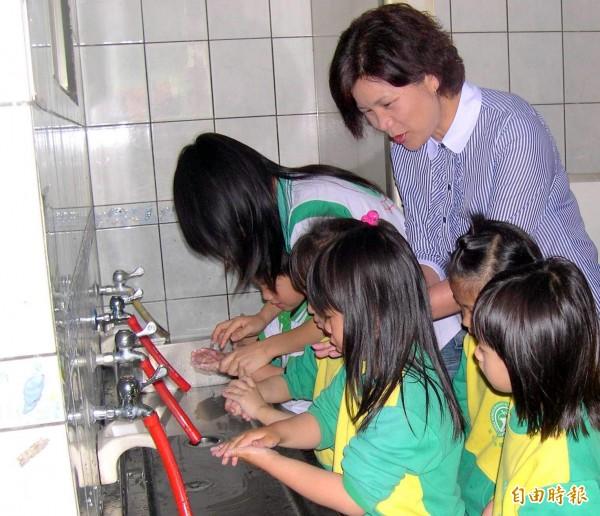 又到了腸病毒流行季節,南投縣內幼稚園小朋友在師長引領下,學習正確洗手5步驟「濕、搓、沖、捧、擦」情形。(資料照)