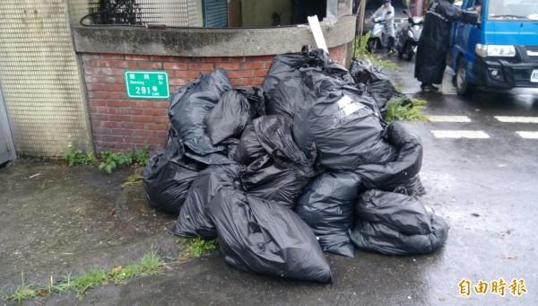 基隆市議員楊石城今天上午舉辦虎仔山淨山活動,雖然雨勢斷斷續續,仍有220人參與淨山,圖為清運出的垃圾。(記者俞肇福攝)