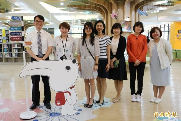 「月見兔」作者黃思綺(左二)到桃園高中布展。(記者陳昀攝)