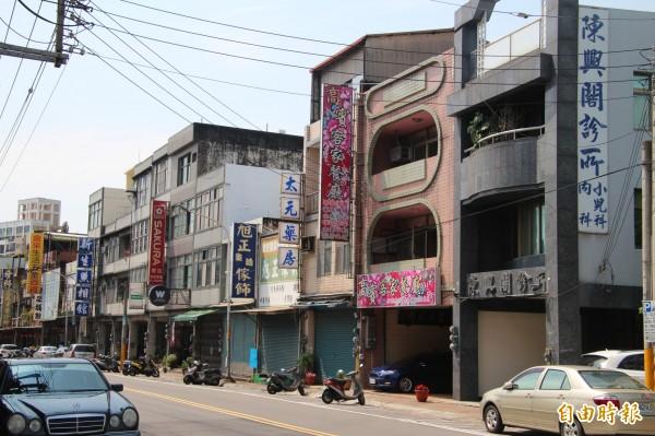 新竹縣新埔鎮的街頭林立了幾間診所,但就是找不到眼科和耳鼻喉科,有鎮民用「離譜」來形容。(記者黃美珠攝)