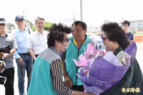 茄萣地方里長獻花給高雄市長陳菊(右),感謝她為地方建設的心力付出。(記者蘇福男攝)
