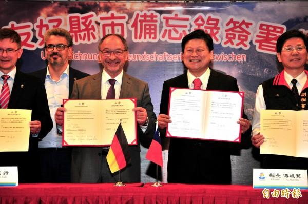 德國史坦堡縣縣長Karl Roth(左)、花蓮縣長傅崐萁(右)簽署國際友好城市合作備忘錄。(記者花孟璟攝)
