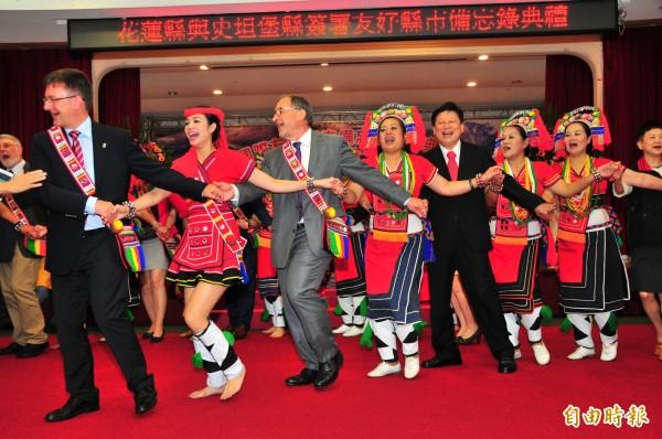 花蓮縣的阿美族部落舞蹈國際有名,花蓮縣府與史坦堡縣府的官員、議會黨團主席們手牽手跳舞,十分歡樂。(記者花孟璟攝)