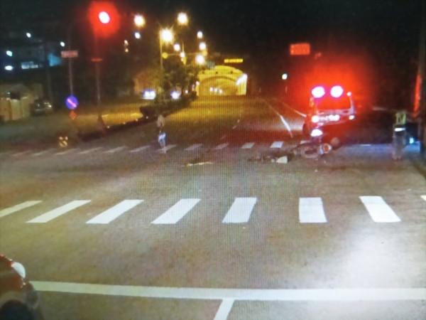 老翁騎單車闖紅燈由斑馬線橫越台1線(由圖左至圖右),與騎機車綠燈直行的陳男發生碰撞。(記者彭健禮翻攝)