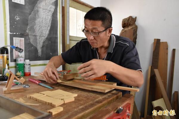 丁酋村正在做客製化的作品。(記者黃淑莉攝)