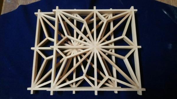 丁酋村的手工窗花桌墊。(丁酋村提供)