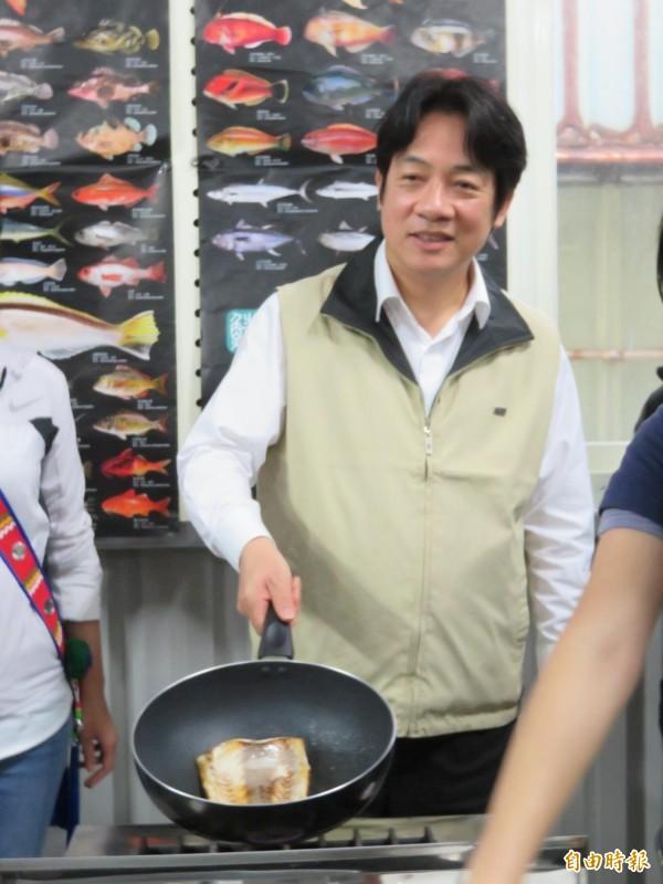 (記者李欣芳攝)很少下廚的賴揆親自體驗煎魚。