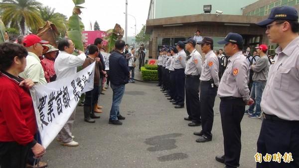 不滿污染情況未改善,斗六地區農民再至富喬公司抗議。(記者林國賢攝)