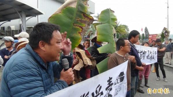 抗議農民要求富喬停工改善製程,同時賠償損害。(記者林國賢攝)