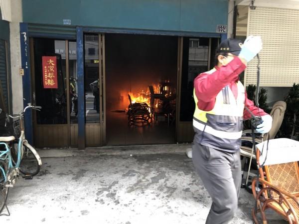 消防人員抵達時,1樓竄出火舌。(記者張聰秋翻攝)