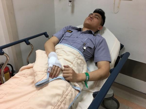 顏姓員警手部也有擦挫傷,治療後雖無大礙,但仍需住院觀察。(記者萬于甄翻攝)