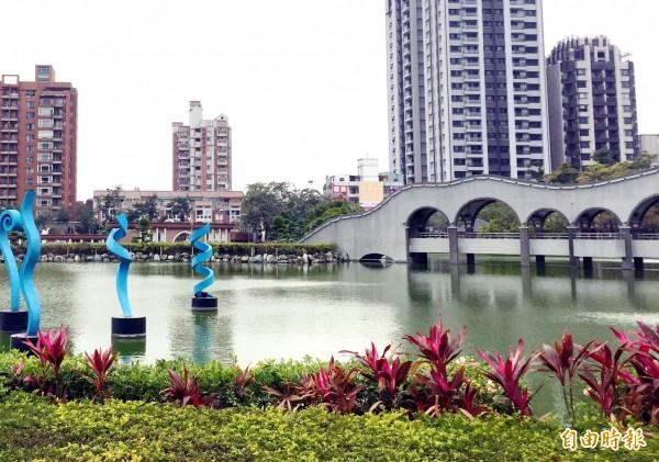 豐樂公園水池已24年未檢修。(記者張菁雅攝)