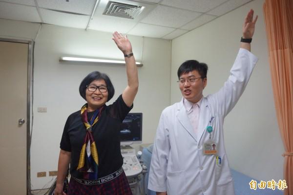 鍾姓婦人左肩滑囊積水經抽吸治療後,已能高舉無礙。(記者歐素美攝)
