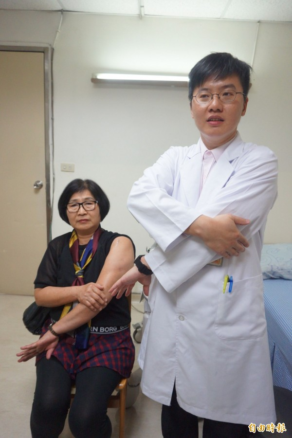 豐原醫院復健科醫師余學致研發的Su Ci method超音波導引注射方法就是將患肢的拇指下壓、翻轉手臂,讓積液集中到肱股大結節處。(記者歐素美攝)