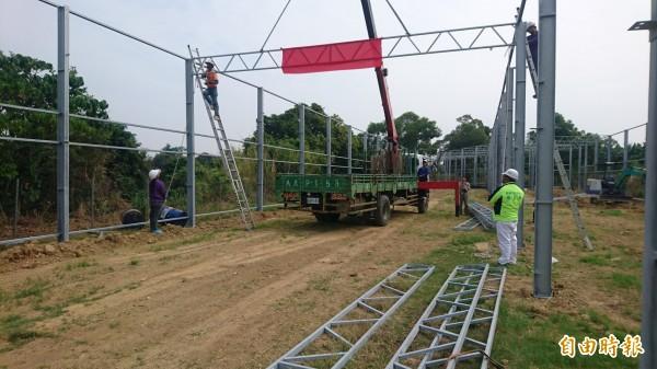 蓮心園溫室上樑興建。(記者楊金城攝)