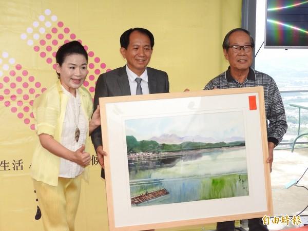 埔里鎮藝術家黃義永(右)特別贈畫相挺廖志城參選鎮長。(記者佟振國攝)