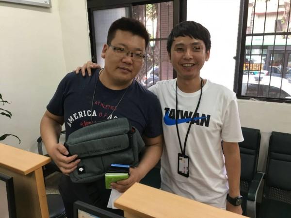 宋男(左)到警所領回護照及皮包,非常高興。(記者許國楨翻攝)