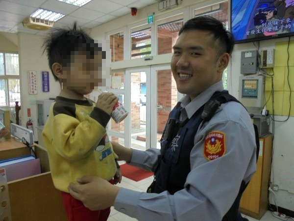 龜山警方協助陳姓男童(左)平安返家。(警方提供)