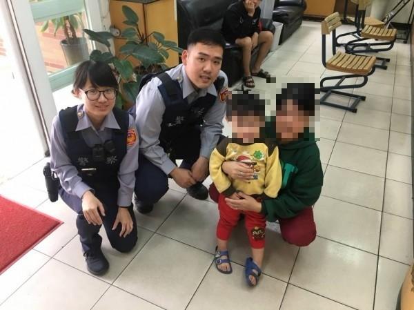 警方將陳姓男童(右二)交由劉姓婦人(右一)平安帶返家。(警方提供)