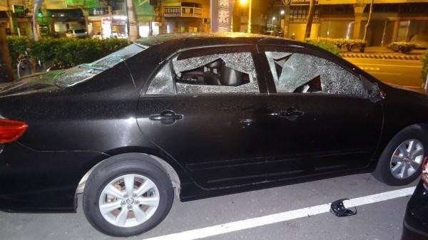 汽車美容店外的小客車玻璃遭砸毀。(記者王俊忠翻攝)