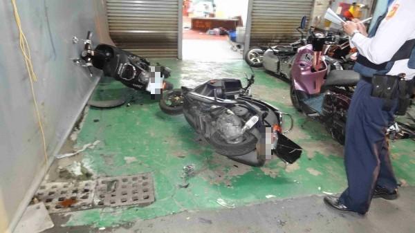 汽車美容店外的多輛機車遭砸倒地。(記者王俊忠翻攝)