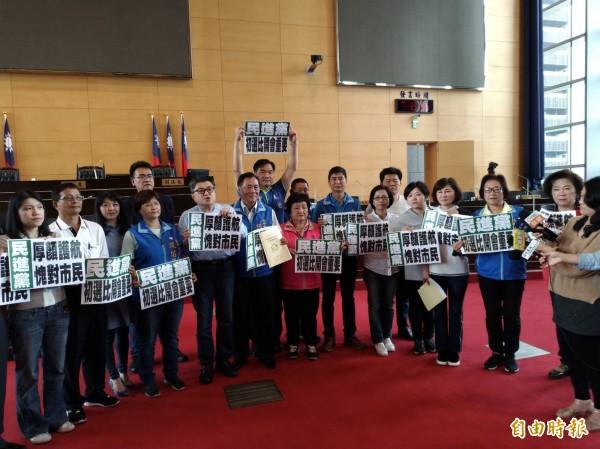 議會臨時會因民進黨團杯葛不成會,國民黨團隨即在議場呼籲市民應予唾棄。(記者黃鐘山攝)