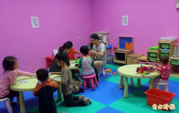 景辰圖書親子館店長曾俊傑為兒童職能治療師,結合閱讀、桌遊與親子遊戲空間,激發孩子的潛能。(記者廖雪茹攝)